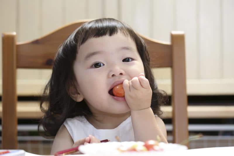 garde d'enfant à l'heure du déjeuner